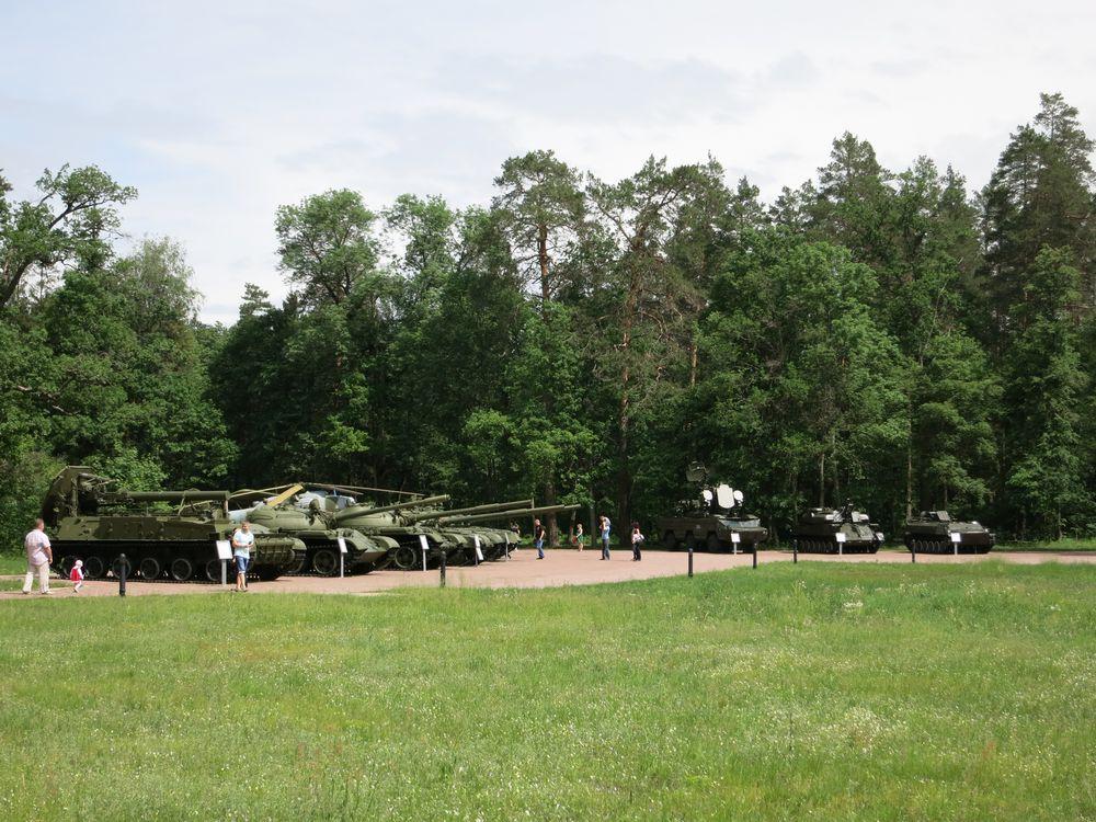 Выставка боевой техники в Партизанской поляне