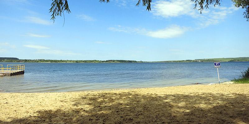Песчаный пляж на берегу Старооскольского водохранилища