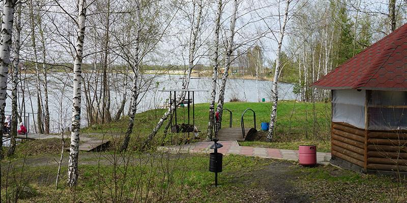 Отдых в беседке на берегу пруда