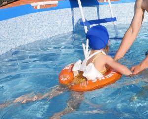 плавание в бассейне с ребенком