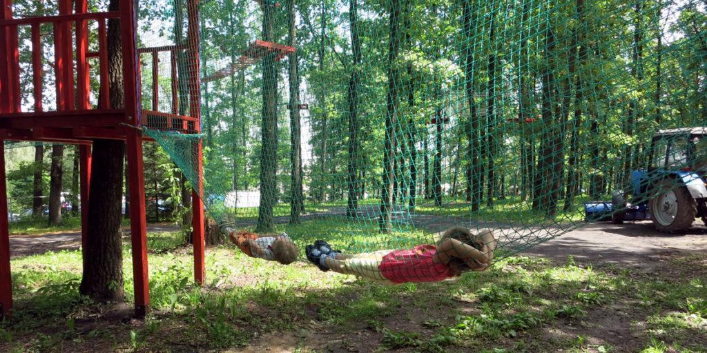 Безопасность в парке аттракционов обеспечивается специальными сетками