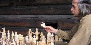 Продавец деревянных игрушек в Кижах