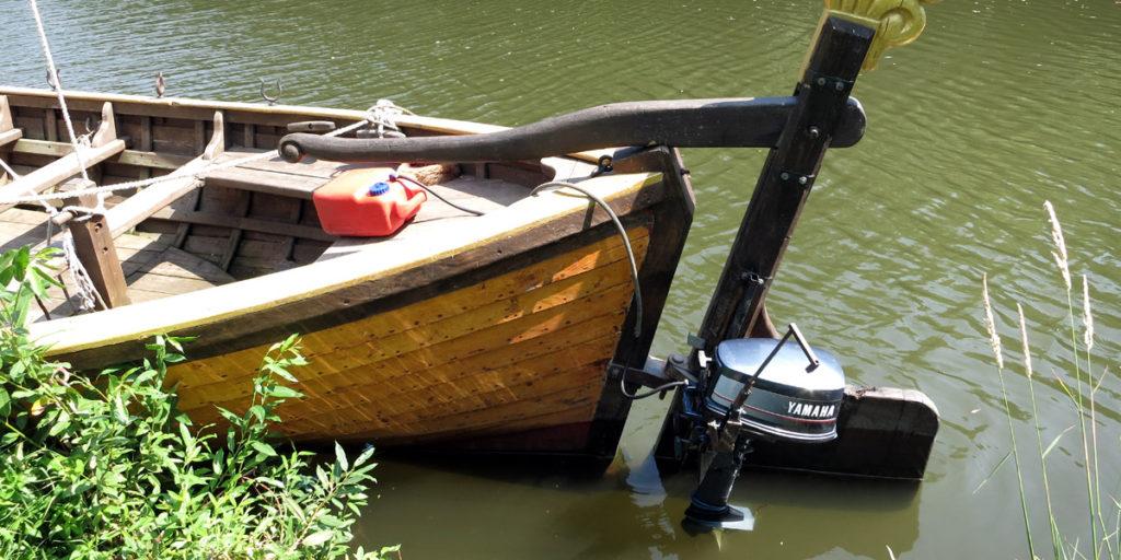 Парусно-гребное судно ладья для удобства пассажиров оборудуется японским мотором Yamaha