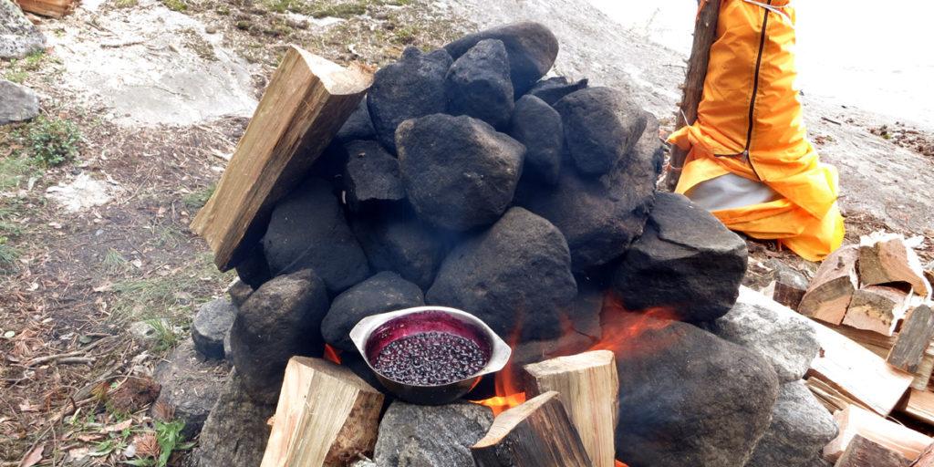Варенье из черники варится на бане