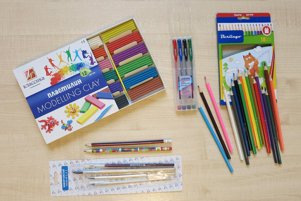 Карандаши цветные, ручки гелевые, кисточки, пластилин