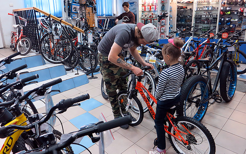 Как правильно научить ребенка кататься на велосипеде