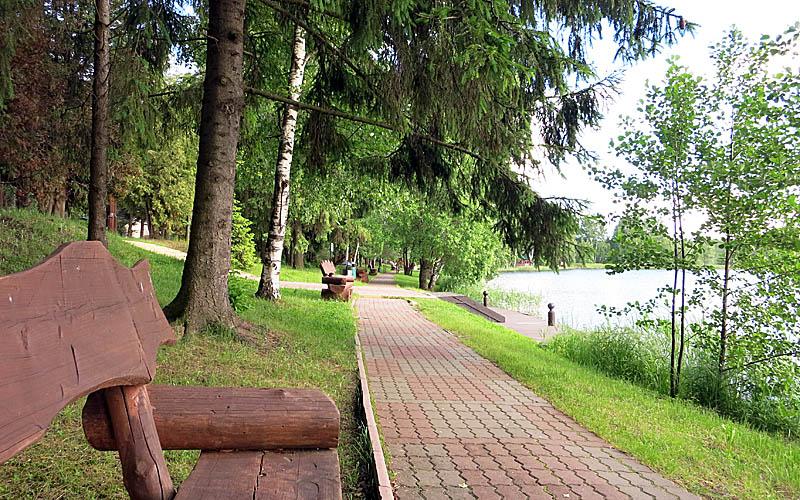 Набережная вокруг озера Коверши в Яхонтах