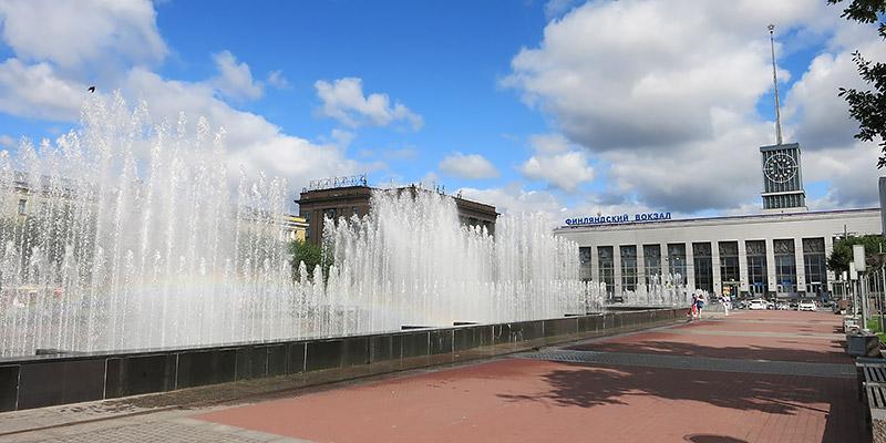 Фонтаны на площади Ленина рядом с Финлyандским вокзалом Санкт-Питербурга