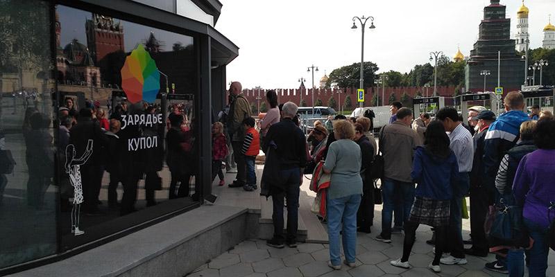 Толпы людей на входе в парк Зарядье
