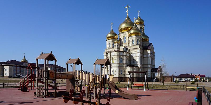 Детская площадка (вид на Храм Сретения Господня)
